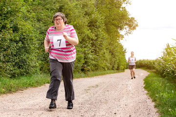 Geistig behinderte Frau bei einem Dauerlauf, Behindertensport und Bewegung