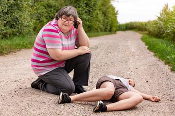 Geistig behinderte Frau hilft einer ohnmächtigen Frau, Selbstständigkeit trotz Handicap