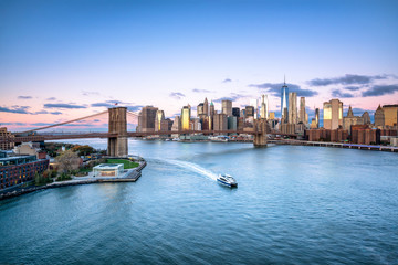 Foto auf AluDibond Brooklyn Bridge Aerial view of the Manhattan skyline and Brooklyn Bridge in New York City, USA