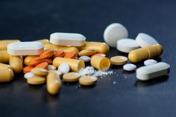 Variedad de pastillas, antibióticos, anti-inflamatorios, tratamientos medicos Wall mural