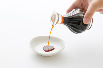 醤油を注ぐ