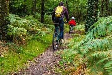 Un père et son fils font du vélo