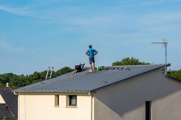 Ouvriers sur le toit d'une maison