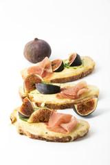 überbackenes Käse-Schinken Brot mit Feigen, Freisteller