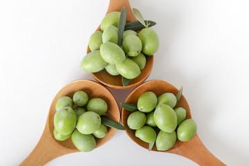 Fototapete - Olive verdi in tre cucchiai di legno