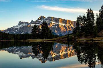 symétrie de la montagne en arrière plan et sa réflection dans l'eau calme