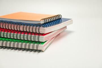 Pila de libretas de colores con espiral metálica