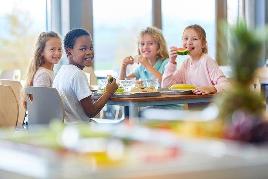 Gruppe Kinder als Freunde beim Mittagessen