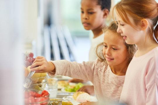 Kinder holen Essen am Büffet der Cafeteria