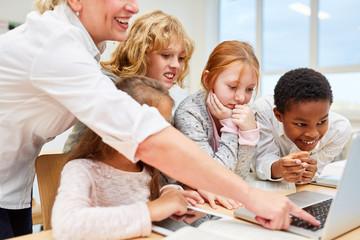 Schüler Gruppe und Lehrerin am Laptop