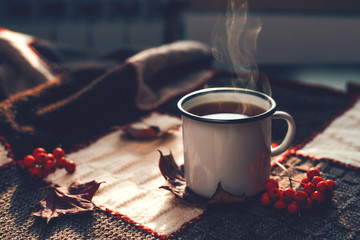 Foto auf Leinwand Kaffee Autumn hot steaming cup of coffee or tea.