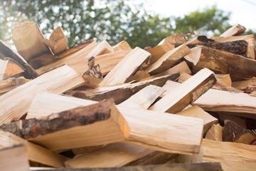 Photo sur Aluminium Texture de bois de chauffage Birch wood split into pieces for fireplace and home heating
