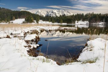Karwendel Gebirge mit Geroldsee im Winter