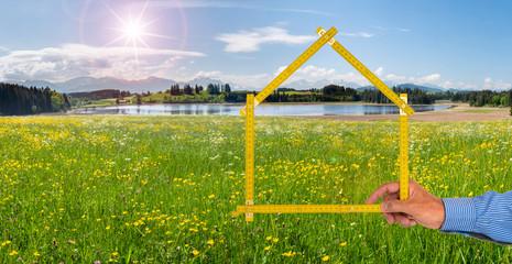Immobilienmakler zeigt Wohnen im Grünen