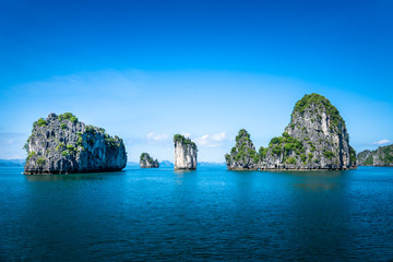 Bai tu long bay (Halong bay) rock karst formations in the sea, Vietnam landscape. Holiday tourist attraction. Fototapete
