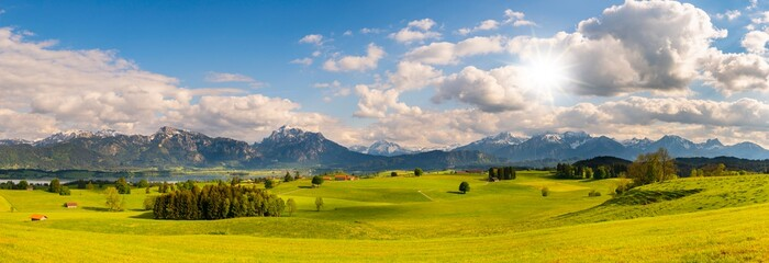 Panorama Landschaft im Allgäu bei Füssen mit Alpenkette