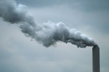 Schornstein von Kohlekraftwerk mit Rauchwolke - Stockphoto Wall mural