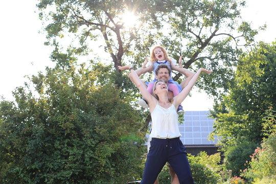 Glueckliche Familie mit Kind auf Schulter