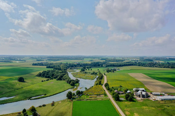 In de dag Groene Drone Shot - River Through Farmland Waterloo Ontario