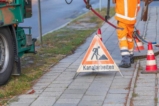 Warndreieck mit der Aufschrift Kanalarbeiten