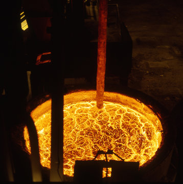 Rig for removing sulphur from molten blast funace iron by injection of magnesium.