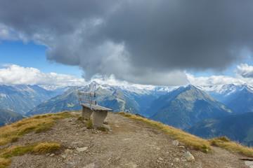Fototapete - Rastbank mit herrlichem Ausblick über die Alpen