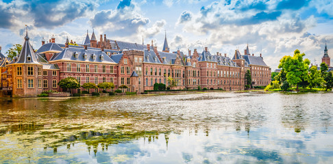 Fotomurales - Panoramic landscape view with popular parliament building of the Binnenhof at a beautiful pond , The Hague, The Netherlands.