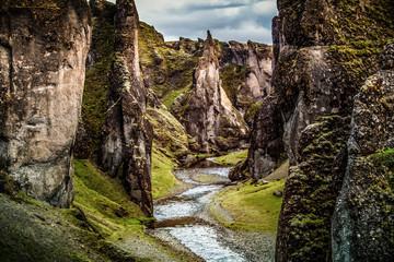 Photo sur Plexiglas Gris traffic Kanion Fjaðrárgljúfur położony w pobliżu wioski Kirkjubæjarklaustur jest jednym z najbardziej malowniczych miejsc na Islandii.
