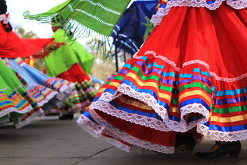 Colorful skirts fly during traditional Mexican dancing Fotomurales