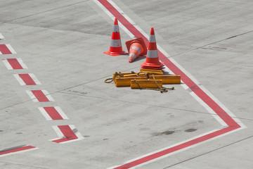 Bremsklötze auf dem Vorfeld eines Flughafens