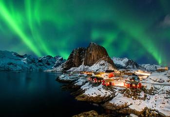 Aurora borealis over Hamnoy in Norway Fototapete