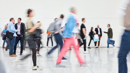 Viele anonyme Menschen gehen in Einkaufszentrum