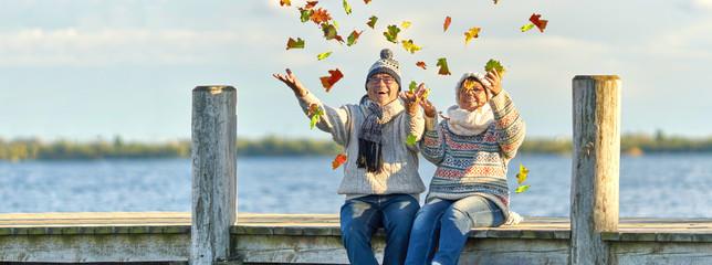 aktive lebensfrohe Senioren im Herbst Fotomurales