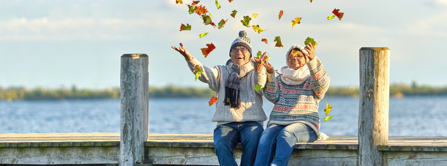 aktive lebensfrohe Senioren im Herbst