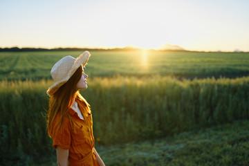 woman in the field Fotoväggar