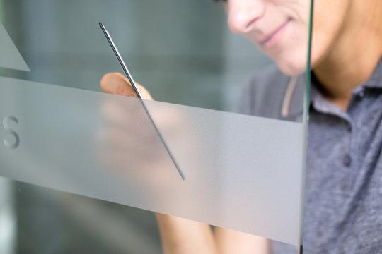 Werbung an Glastüre anbringen / Werbetechnik / Milchglasfolie