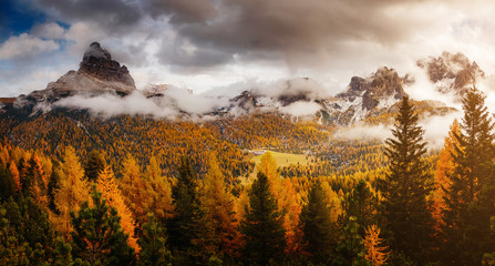 壁紙(ウォールミューラル) - Stunning image of the alpine valley. Location place National Park Tre Cime di Lavaredo, South Tyrol.