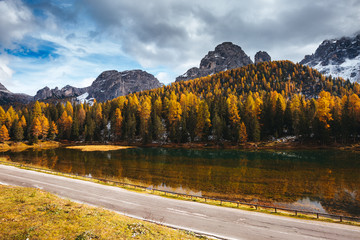 壁紙(ウォールミューラル) - Splendid lake Antorno in National Park Tre Cime di Lavaredo. Location Dolomiti alps, South Tyrol, Italy, Europe.