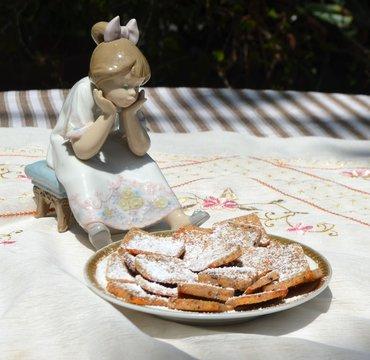 Galletas de almendra servidas en un plato