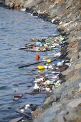 La bahía contaminada con basure y plástico