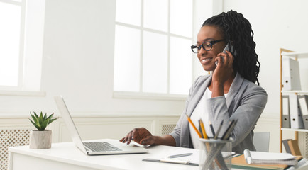 African American Lady Talking To Business Partner By Phone Indoor Fototapete