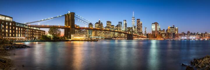 Fotomurales - Manhattan skyline panorama with Brooklyn Bridge at night