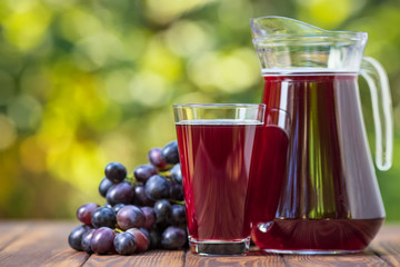 Poster Sap grape juice in glass and jug