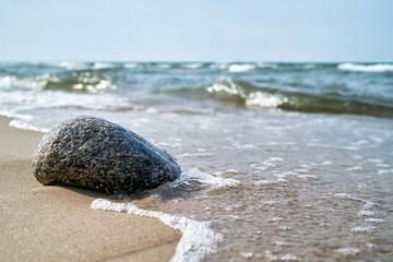 Stein am Strand der Ostseeküste bei Rewal in Polen