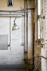 Lampe an einem Arbeitsplatz in einer verlassenen Werkstatt