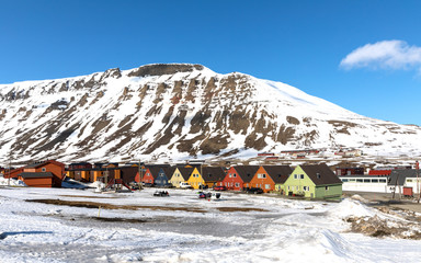 Foto op Aluminium Noord Europa Colourful houses and snowmobiles in Longyearbyen