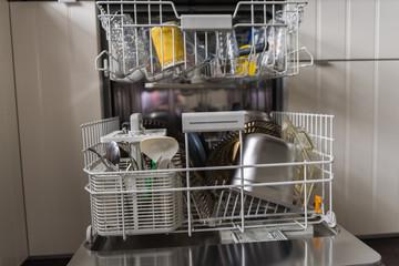 Frontal-Blick in die Spülmaschine
