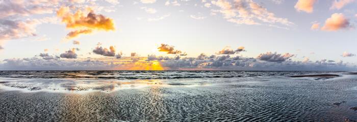 Aluminium Prints North Sea Schöner Sonnenuntergang am Meer mit Wolken und Wasserspiegelung