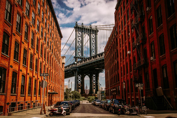 Spoed Foto op Canvas New York Manhattan bridge seen from a Washington Street in Brooklyn street in perspective