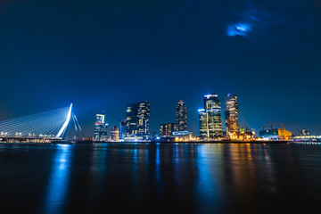 Foto auf AluDibond Rotterdam The skyline of Rotterdam by night